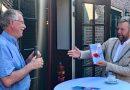 Burgemeester krijgt eerste exemplaar Drentse Triller